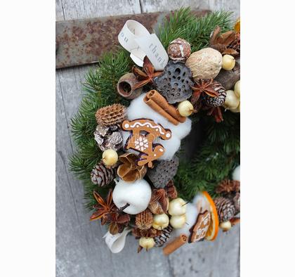 Najpiękniejszy stroik na drzwi bożonarodzeniowy.