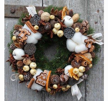 Wybierz swój stroik na drzwi bożonarodzeniowy.