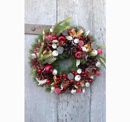 Wysokiej jakości wianek świąteczny na drzwi.