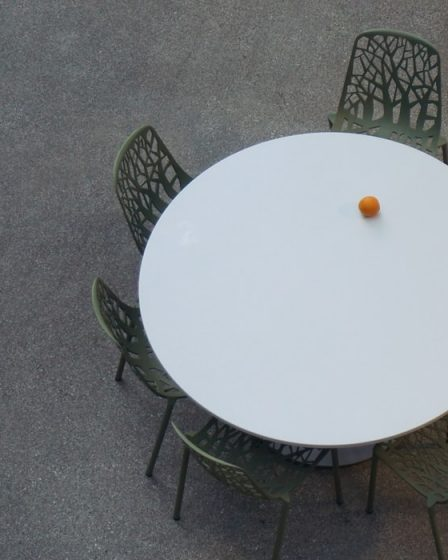 okrągły biały stół rozkładany do małego mieszkania