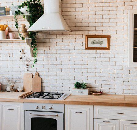 aranżacja małej wąskiej kuchni w bloku