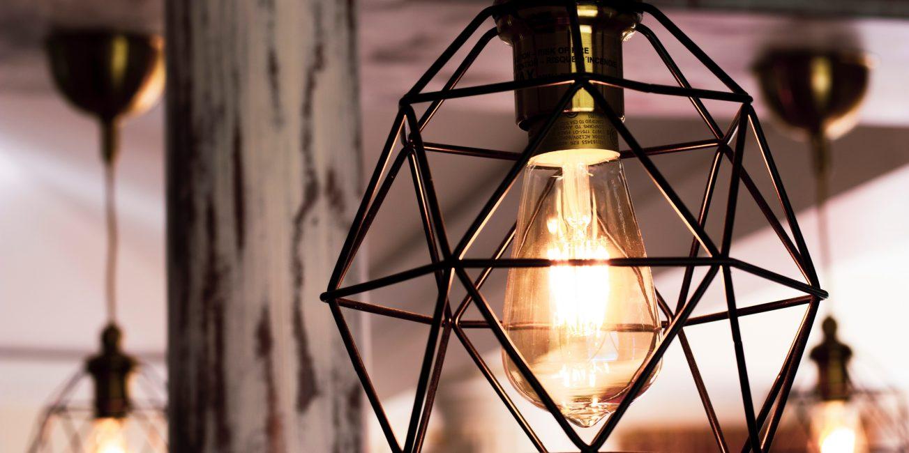 Lampy ażurowe mogą pięknie komponować się z nowoczesnymi i klasycznymi wnętrzami