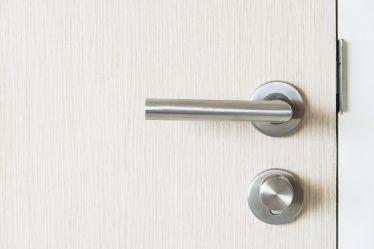 Okucia do drzwi wejściowych.