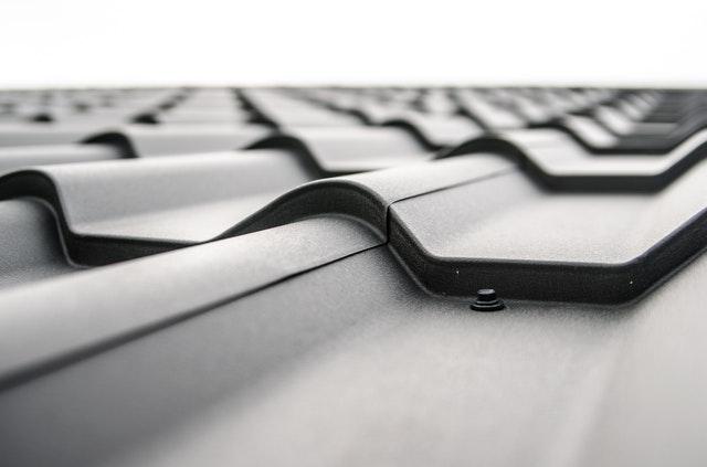 Zabezpieczenie dachu i czarna dachówka
