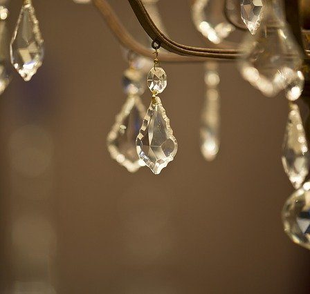 Lampy druciane białe zastąpiły kryształowe żyrandole